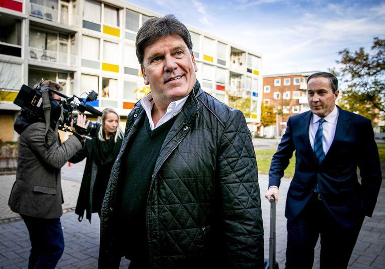 De Nederlandse oud-presentator en in ons land veroordeelde Frank Masmeijer komt aan bij de rechtbank Amsterdam, met zijn  advocaat Geert-Jan Knoops in zijn kielzog.