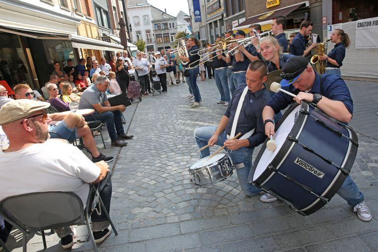 De concurrentie is niet min: Dweilorkest Outblast vorig jaar  tijdens hun optreden op het Dweilfestival aan café Vaantjesboer. zij zijn opnieuw van de partij.