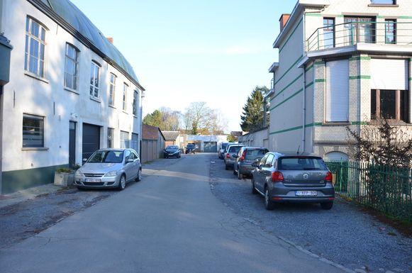 Een deel van de publieke parkeerplaatsen verdwijnt na de heraanleg van de straat voor het woonproject.