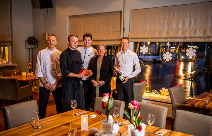 Bistro de Polder, van links naar rechts: Richard Broere (kok), Jerre Verwaal ( Kok ), Frank Streefland (eigenaar / chefkok) Anna Zoetenbier (gastvrouw) en Pim Nolte ( Gastheer). Foto: Frank de Roo