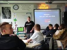 Brïan (15) uit Arnhem bezorgt klasgenoten kippenvel met lied tijdens Engelse les