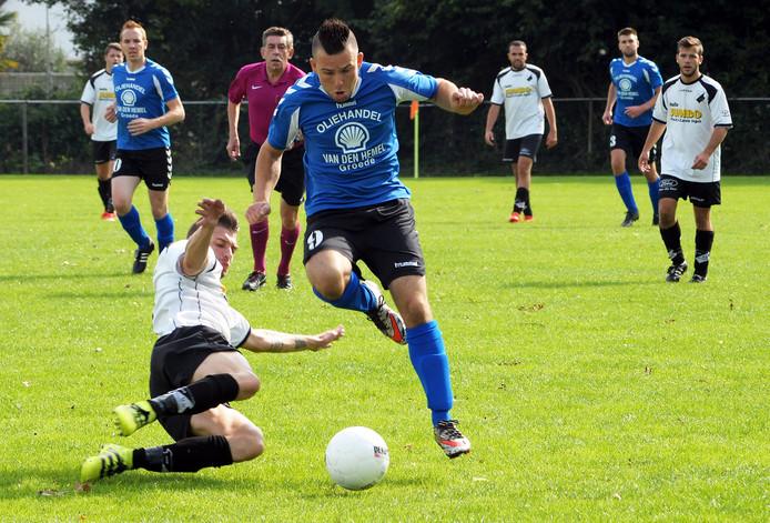 Groede (blauwe shirts) wordt ook volgend seizoen getraind door André de Nooijer.