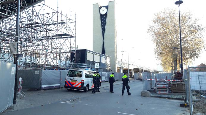 Politie rond station Tilburg, een uur voor de intocht van Sinterklaas begint in de Piushaven.