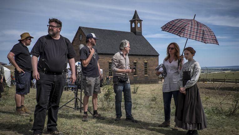 Regisseur Martin Koolhoven op de filmset (tweede links). Beeld Philippe Antonello