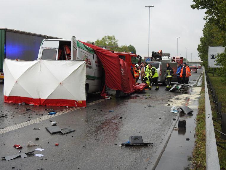 De bestelwagen van het bedrijf Beel reed achteraan in op een vrachtwagen. De bestuurder overleed ter plaatse.