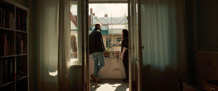 Beeld uit Exit: filmmaakster Karen Winther in gesprek met een Duitse voormalige neonazi. Beeld *