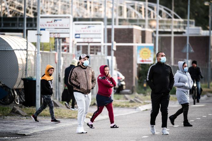 Arbeidsmigranten bij van Rooi Meats in Helmond. Ze werden speelbal tussen gezondheid en financieel gewin.
