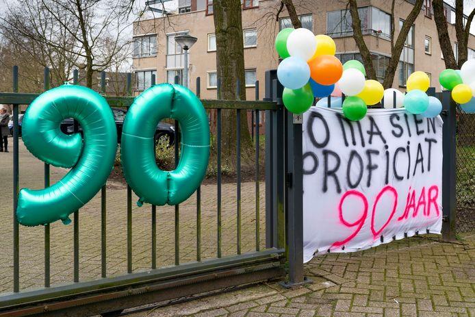 Je verjaardag vieren achter een hek, zoals hier in verpleeghuis Simeonshof in Boxtel. Tijdens de volledige sluiting moest het zo.