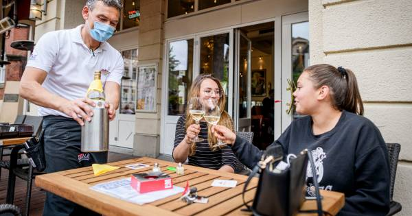 Winkelen, tanken en borrelen met een mondkapje: hoe werkt