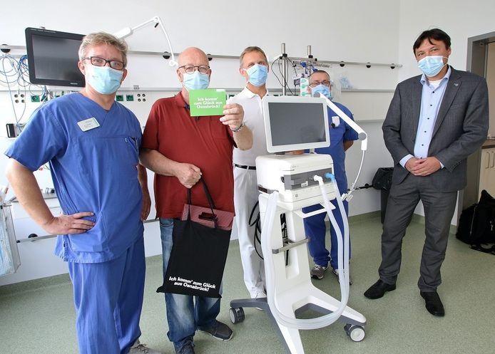 Eddy Siemes met links van hem hoofdarts Volker Schulte en rechts hoofdarts Peter Teschendorf, verpleger Silvan Müller en ziekenhuis-ceo Frans Blok (r).