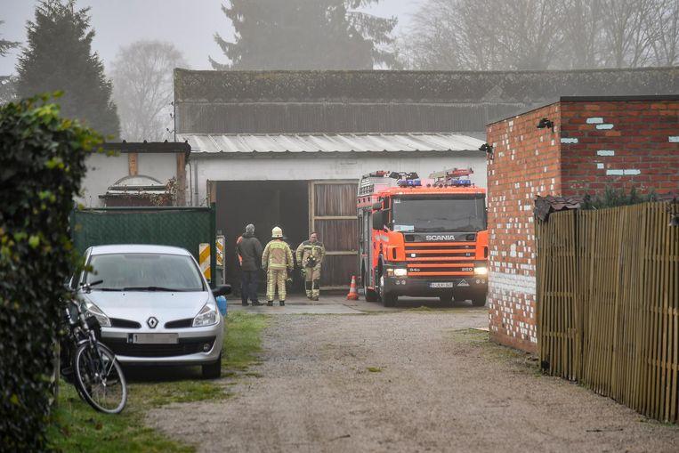 De garage in de Weststraat, toen de brandweer drie weken geleden opgeroepen werd voor rookontwikkeling.