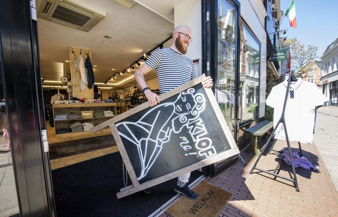 ENSCHEDE - Lars Spiele van mannenmodezaak Klof is fervent voorstander van wekelijkse koopzondag.