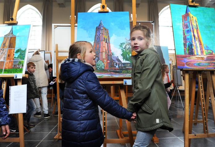 Sophie en Esmee (rechts) van basisschool de Wispeltuut op de expo van schilderijen in de kerk van Oostkapelle.