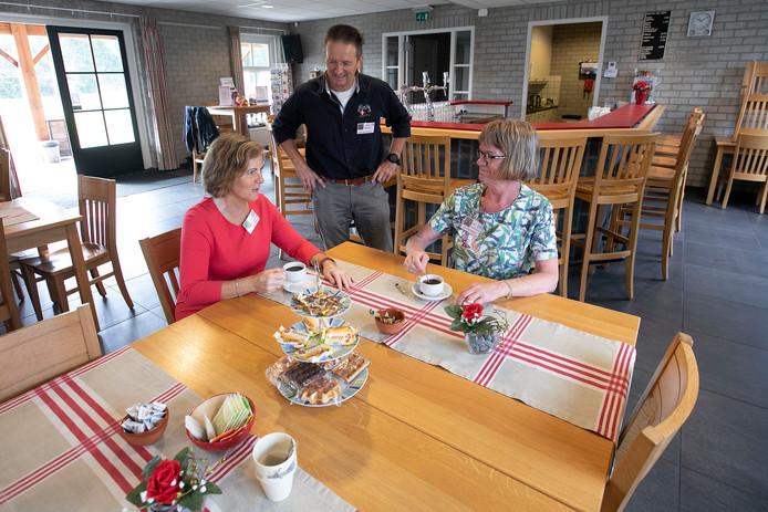 Gastvrouw Dianne van der Schoot, coördinator Ad van Heijst en vrijwilligster Cecile Boon in de nieuwe accommodatie van het RTO Inloophuis.