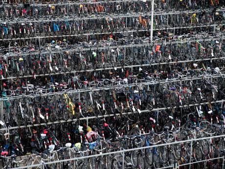 Strijd tegen fietsprobleem: Fietsparkeerboten in Delftse grachten