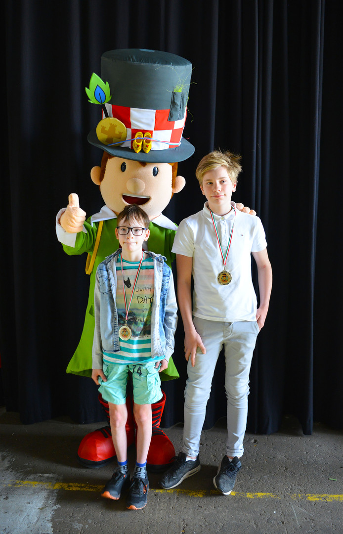 Floris van Hamond (rechts) en Sam Buiting haalden voor de Dommelrodeschool de eerste prijs binnen.