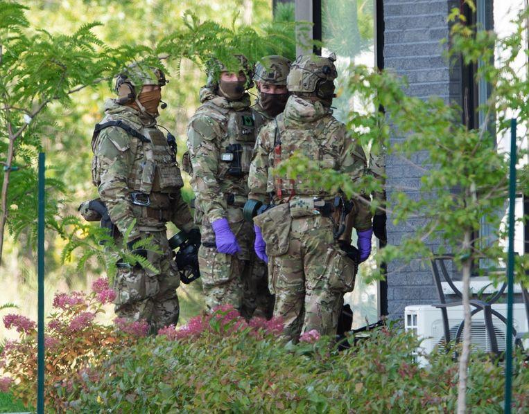 Een gespecialiseerd politieteam bij een appartement in Montreal dat in verband wordt gebracht met de zaak.  Beeld AP