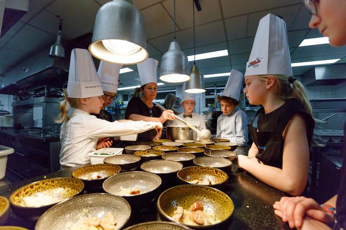 Groep 7 van basisschool de Zandberg uit Breda kookt in De Zwaan in Etten-Leur.