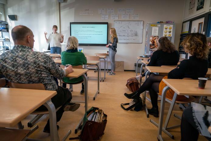 Judith Bussing (links) en Esther van Bezooijen draaien de rollen om. De havo 5 leerlingen van het Hendrik Pierson College in Zetten gaven dinsdag les aan de docenten van hun school.