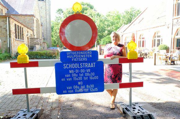 Linda Van Oevelen, directrice van de Sint-Jozefschool bij het begin van de schoolstraat.