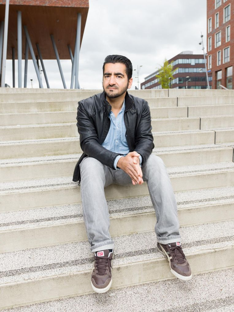 Murat Isik: 'Ik schaamde me overal voor. Ik was het zwarte schaap van de klas, maar vertelde niets aan mijn ouders en zus. Ik hield alles voor me.' Beeld Ivo van der Bent / de Volkskrant