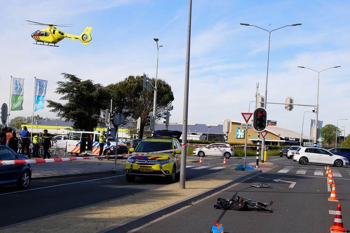 Op de kruising van de Bootjessteeg en de Langeweg in Zwijndrecht is maandagmiddag een ernstig ongeluk gebeurd.