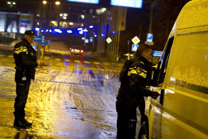 Politiecontrole bij de ingang van het Mediapark in Hilversum