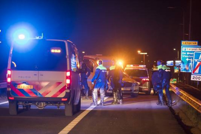 De A12 werd afgesloten omdat er hooligans op de snelweg liepen.