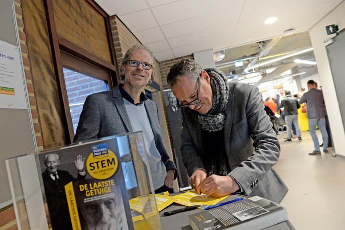 Enschede -  Frank Krake aan het stemmen winnen voor zijn boek op ondernemerscongres
