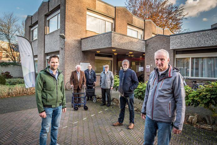 Bewoners van de Woolderes ageren tegen de plannen van RIBW. Op de voorgrond (vlnr) Thijs Stegeman, Harry Driessen, Jos Scholten en op de achtergrond drie ouderen.