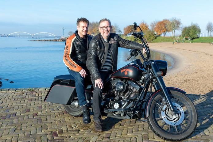 Henk Fennema (rechts) en Maurice Visser op de Harley. In april worden zo'n duizend Harley's verwacht in Gorinchem.