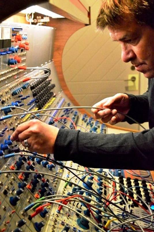 Roland Kuit tijdens het componeren