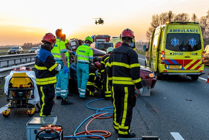 Bij twee ernstige ongevallen op de A59 bij knooppunt Hooipolder vielen vier gewonden.