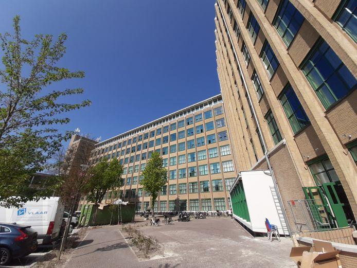 Het binnenterrein van de voormalige Philips Bedrijfsschool aan de Frederiklaan in Eindhoven. Rechts de witte erker is van restaurant Loetje.