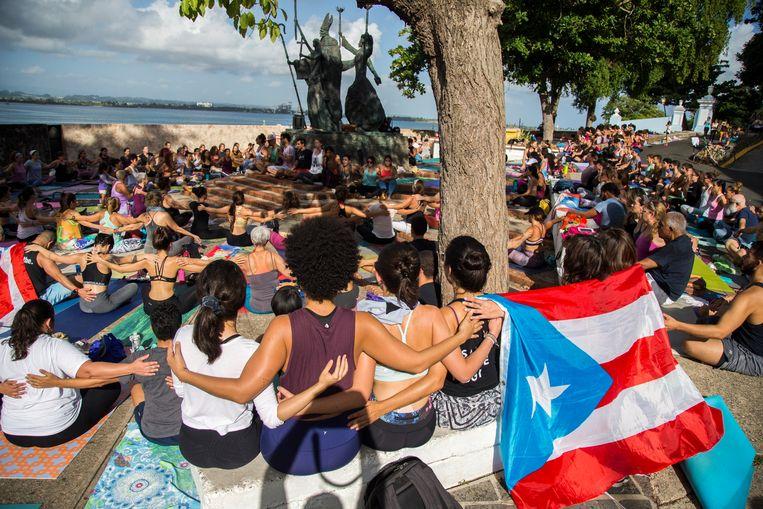 Demonstranten eisen in de Puerto Ricaanse hoofdstad San Juan het vertrek van gouverneur Ricardo Rosselló. Hij ligt onder voor sinds het uitlekken van een serie chatberichten, waarin hij jan en alleman beledigt: vrouwen, politieke tegenstanders en zelfs slachtoffers van orkaan Maria. Beeld AP