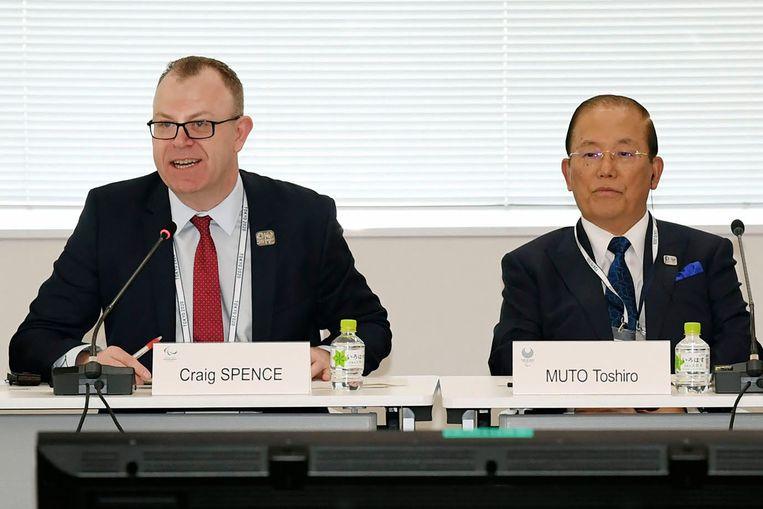 Voorzitter Toshiro Muto van het Japanse organisatiecomité voor de Olympische Spelen en Craig Spence, woordvoerder van het Internationaal Paralympisch Comité, tijdens een persconferentie in Tokio over de verspreiding van het wuhanvirus.  Beeld AP