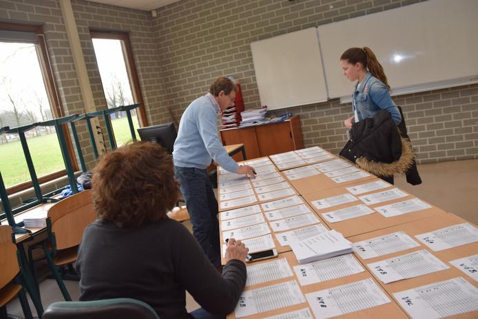 Het stembureau voor de leerlingen van het Mill-Hillcollege. In het lokaal daarnaast is het officiële stemlokaal.