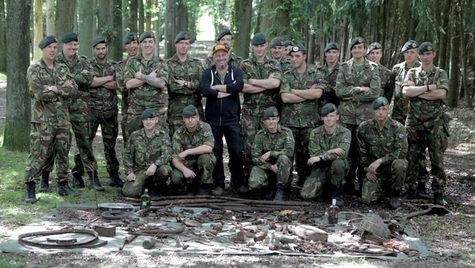 Theatermaker Leon Giesen kamde voor zijn nieuwe voorstelling met een peloton van de genie een bos in Baarn uit, op zoek naar een schat uit de Tweede Wereldoorlog.