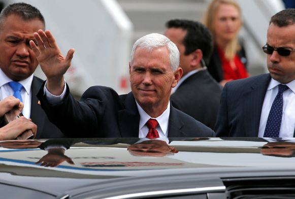 Vicepresident Mike Pence bij zijn aankomst vandaag op een Amerikaanse militaire basis in Japan.