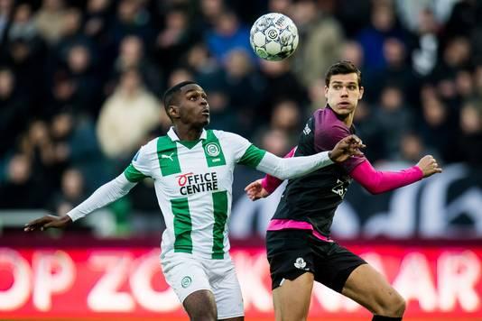 Joel Asoro van FC Groningen in duel met Justin Hoogma van FC Utrecht.