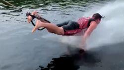 Waterskiër pompt op het water
