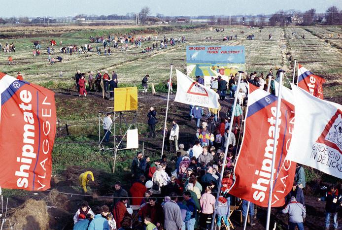 Duizenden Vlaardingers plantten mee aan het grootste protestbos van Europa.
