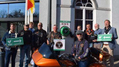 Stoere bikers schenken AED-toestel