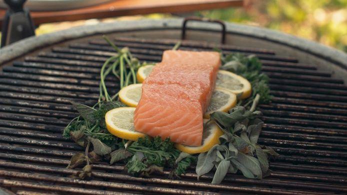 Een kruidenbed voor vis op de barbecue.