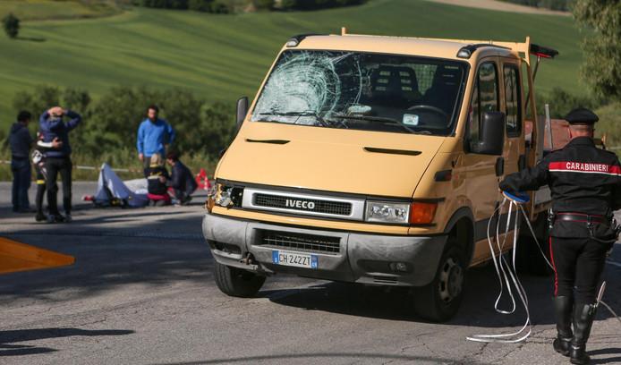 Het busje dat Michele Scarponi aanreed op de training. Op de achtergrond is de verslagenheid groot.