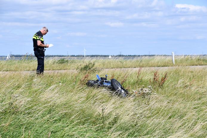 Een motorrijder is zwaargewond geraakt bij een frontale aanrijding op de Ketelmeerdijk, in het buitengebied van Swifterbant. De politie verricht onderzoek naar de oorzaak.