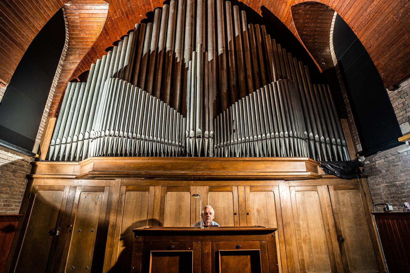 Jos Mijland bespeelt het gerestaureerde orgel in de theaterkerk in Bemmel. Foto: Rolf Hensel.