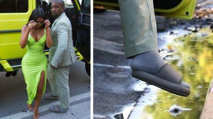 Het internet lacht Kanye West uit: hij ging op veel te kleine slippers naar chique huwelijk
