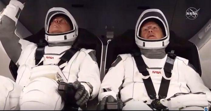 Doug Hurley (à droite) et Bob Behnken (à gauche) sont montés dans la capsule Crew Dragon, au sommet d'une fusée Falcon 9. C'est ainsi attachés dans leur siège qu'ils ont décollé.