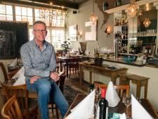 Gastheer JP van der Velde van De Dolle Griet praat veel met de gasten, maar weinig over het eten en de wijn